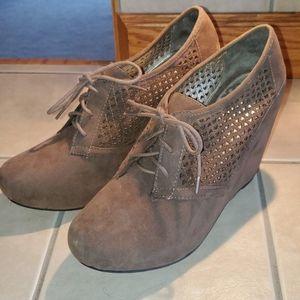 Fergie sz 10 tan wedge shoes  Fergalicious